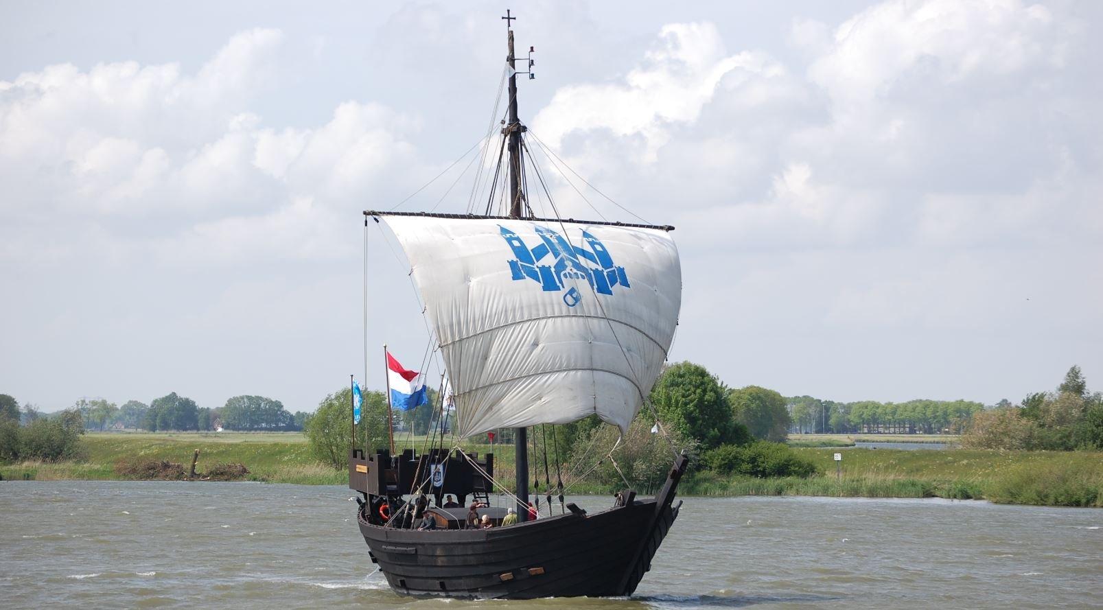 Zwarte Dame Black Lady Kamper Kogge 1998 Dutch reconstruction Cog Ship Kampen the Netherlands.jpg